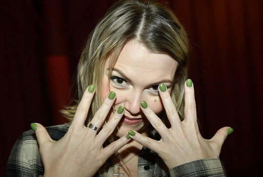 Nalakovala si na něj nehty na zeleno.
