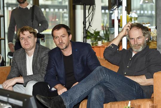 Petr Kolečko (vlevo) s hercem Martinem Hofmannem a kolegou Janem Prušinovským (vpravo) na tiskové konferenci České televize, kde byl poprvé prezentován seriál Most!.