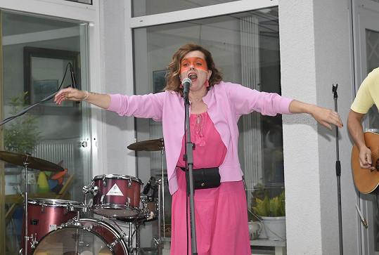 Na večírku také zazpívala.
