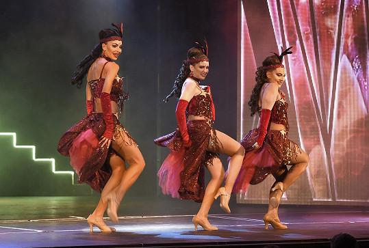 V Kvítku mandragory se objevuje v pěveckém triu DreamGirls.