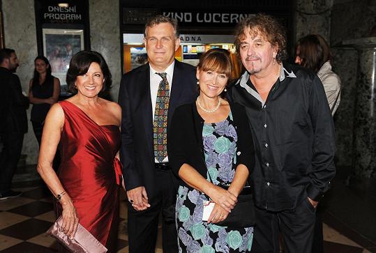 Marie s partnerem a Petrou Černockou s manželem, která si také zahrála jednu ze sudiček.
