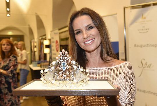 Silvia ukázala korunku, kterou nasadí letošním královnám krásy.