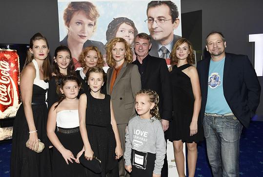 Justýna, Jana a dvě z jejích filmových dcer na premiéře. Čtvrtá holčička je představitelka hlavní role Emy.