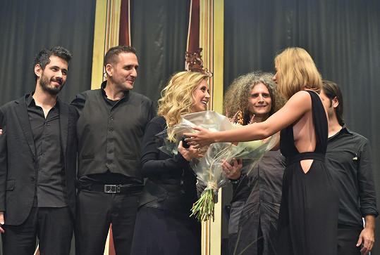 Smetana měla tu možnost předat zpěvačce květinu.