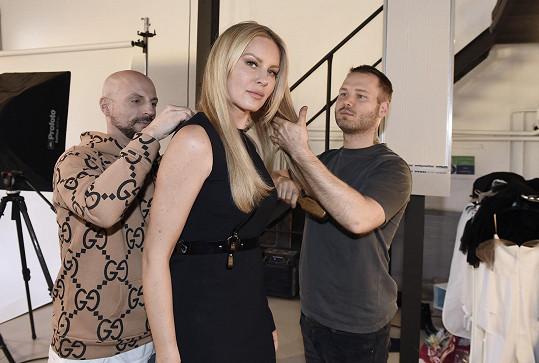 Simona v ateliéru v rukou kadeřníků, stylistů a vizážistů