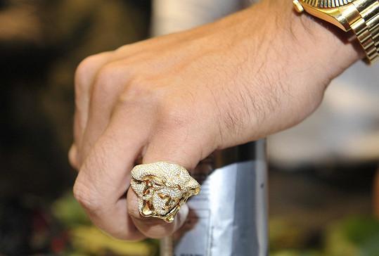 Jeho malíček zdobil tento luxusní prsten.
