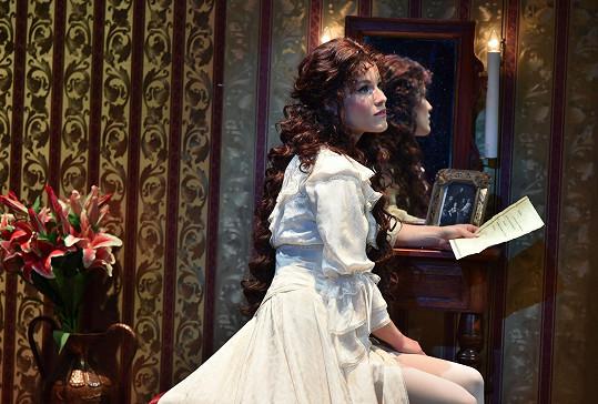 Ve Fantomovi opery má Míša tmavou dlouhou hřívu.
