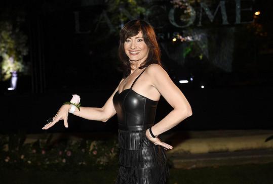 Jako by Daniela Šinkorová sáhla po kostýmu ze StarDance. Chyba lávky, herečka oblékla černé kožené šaty s třásněmi z vlastního šatníku.