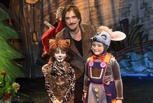 První muzikálovou roli získala i dcera Sagvana Tofino Satine (vpravo).
