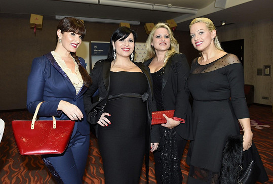 S kolegyněmi z Operas Divas a návrhářkou Alenou Wilson, která jim navrhla šaty.