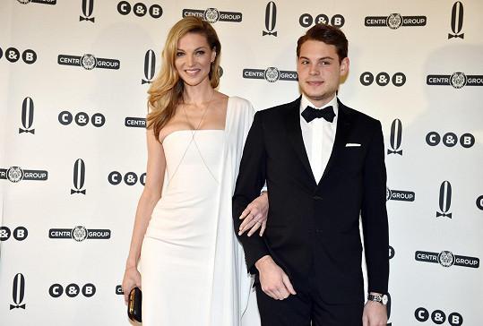 Pavlínu na ples doprovodil její dospělý syn Alain.