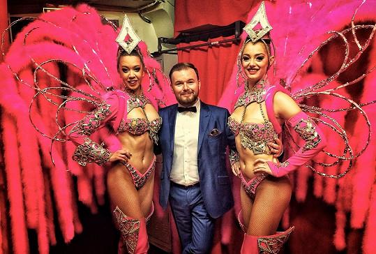 Do zákulisí Moulin Rouge mezi tanečnice se nedostane jen tak někdo. Před Honzou se sem dostali třeba Jean Paul Belmondo, Charles Aznavour nebo samotný Frank Sinatra.