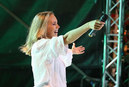 Lucie se raduje z reakcí publika během koncertu v Boskovicích.