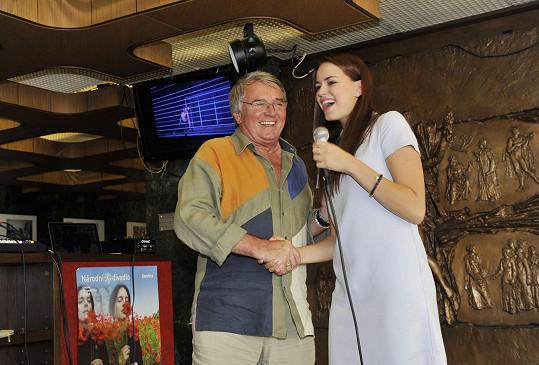 Karolina na pódiu přivítala Vlastimila Harapese.