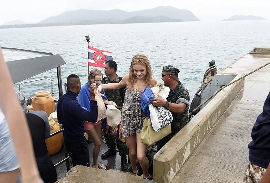 Na zpáteční cestě z ostrova dívky stihl déšť.
