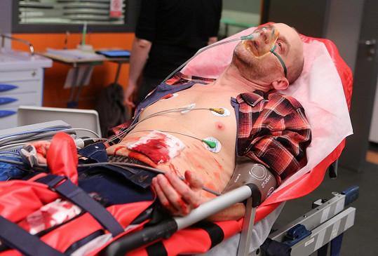 Část záběrů proležel na lůžku jako zraněný.