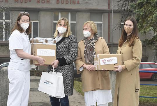 Předávala tam zdravotníkům roušky a desinfekce za prezidentský fond.