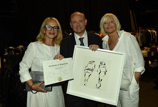 Od hereček Jitky Asterové a Hany Čížkové dostal i speciální dárek, obraz.
