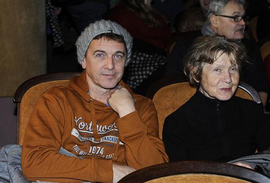 Vítek Pokorný dorazil do kina s maminkou