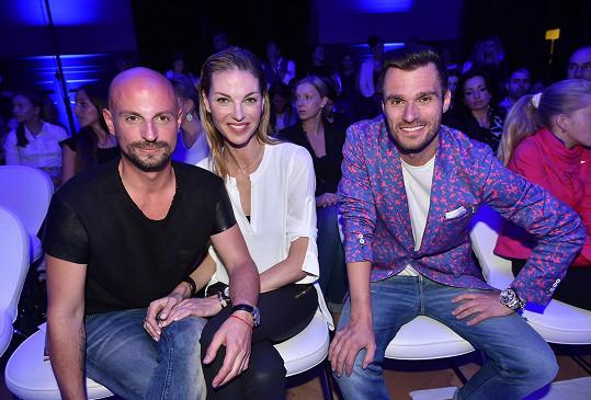 Mareš na přehlídce v první řadě vedle modelky Pavlíny Němcové a stylisty Filipa Vaňka