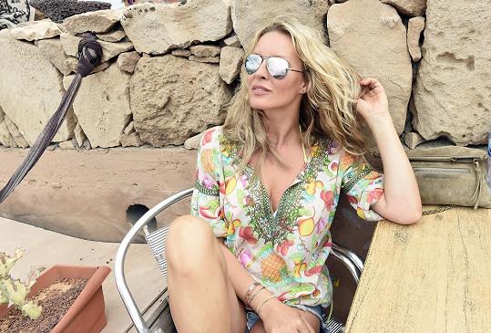 Simona na dovolené relaxuje pasivně i aktivně.