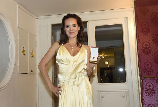 Své druhé místo loni přebírala Lucka v těchto žlutých šatech....