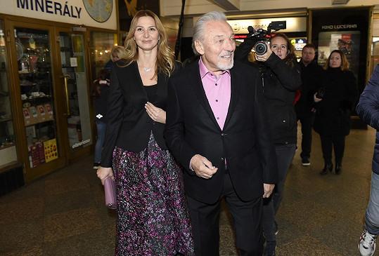 Karel Gott s manželkou Ivanou při příchodu na premiéru