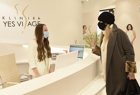 Alenu Antalovou jsme na recepci kliniky v roušce a čepici naražené do očí skoro nepoznali.