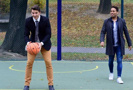 Karel a Danyl si stihli během natáčení zahrát košíkovou.