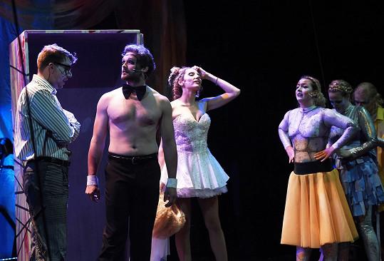 Představení je vizuálně velmi netradiční...