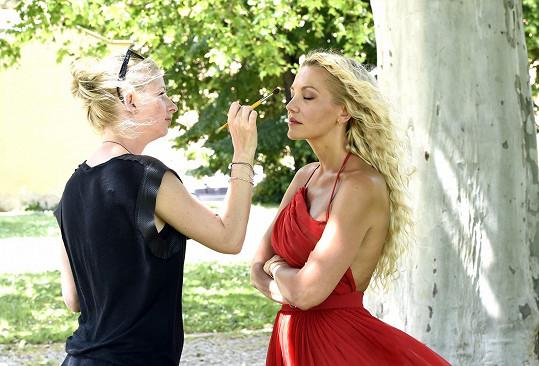 O make-up se postarala přední vizážistka Margita Skřenková.