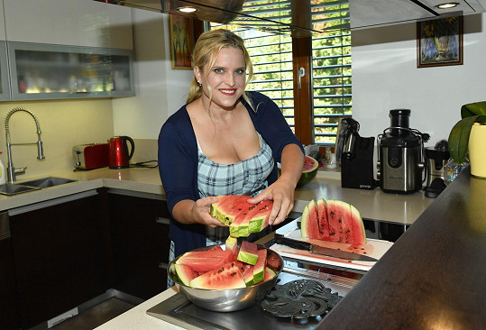 Alena je pohostinná, návštěvě nakrájela meloun.