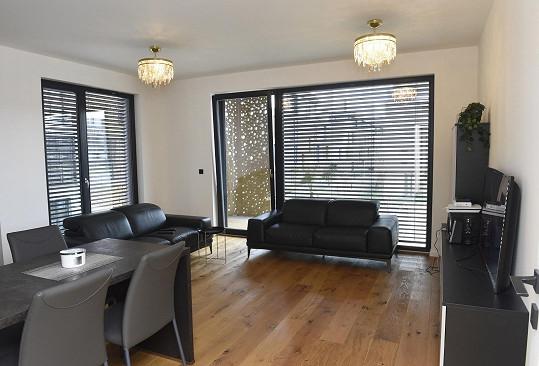 Je propojená s obývacím pokojem, který už byl také zařízený.