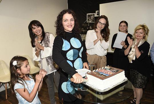 S jejími kmotrami a dortem