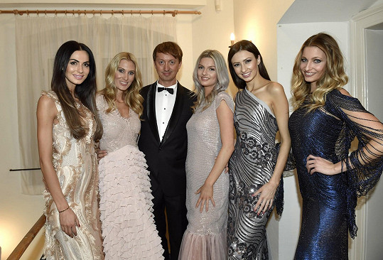 Kateřina (druhá zleva) s dalšími modelkami a kamarádem a organizátorem Petrem Svobodou