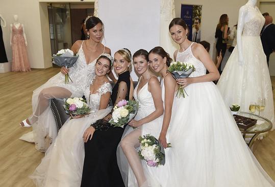 S kolegyněmi ve svatebních šatech po přehlídce