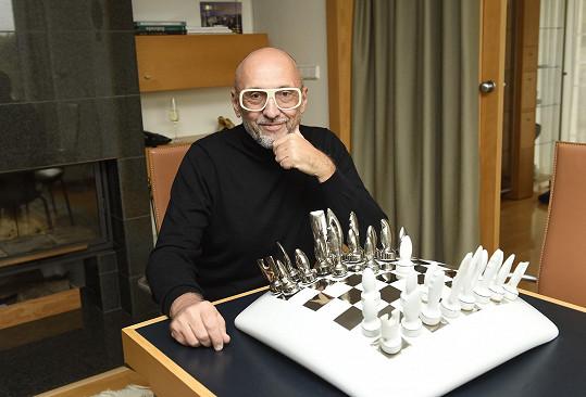 Také jeho šachy jsou uměleckým dílem.