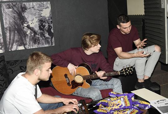 K natáčení písně vyzval český zpěvák slovenské beatboxery Adama Laštovičku a Adama Erberta.