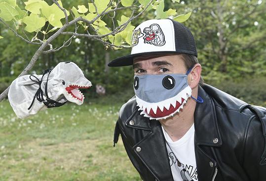 Roxtar alias Dominik Turza s delfínem natáčí videa a nahrávají písničky. Adolfeen je teď nejen jeho zábavou, ale i obživou.