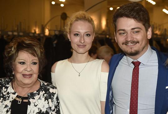 Jiřina Bohdalová se na zahájení Febiofestu pochlubila vnukem Vojtou a jeho partnerkou.