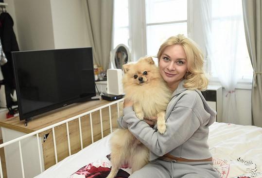 Bára Mottlová se svým psím miláčkem Chicem