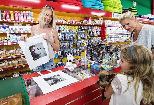 Diana Kobzanová vybrala na pejsky již 180 tisíc. Tašky za dalších 130 tisíc jdou do prodeje v pondělí.