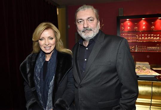Kateřina Brožová a Daniel Hůlka mají být hlavními hvězdami muzikálu Robinson. Hůlka se nyní hádá s režisérem Adamcem.