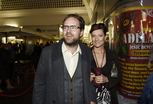 Otcem Nely je Ondřej Brousek. Na snímku se svou druhou manželkou Annou, kvůli které opustil Adélu Gondíkovou.
