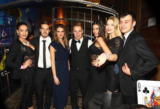 Celá partička (ještě s Anetou Vignerovou) na večírku ve stylu Jamese Bonda