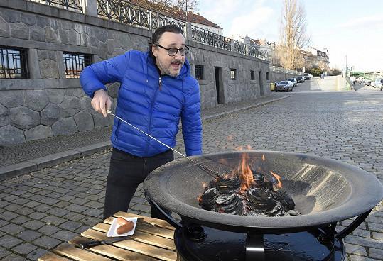 Marian Vojtko zavření restaurací vyřešil opékáním buřtů na pražské náplavce.