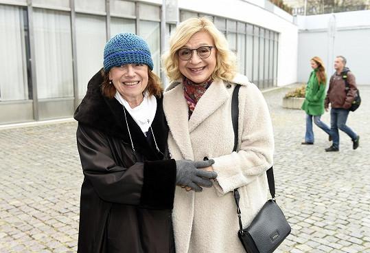 Iva s kolegyní Janou Paulovou pod žižkovskou věží, kde budou hrát na letní scéně.