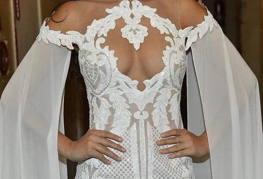 Šaty od návrháře Knota se velmi povedly.