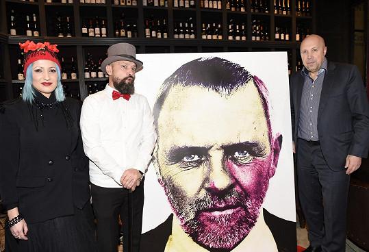 Výtvarník Roman Rehák se svým obrazem Anthonyho Hopkinse, s kmotrem výstavy starostou Lomeckým a svojí múzou Kathy Gajewskou.