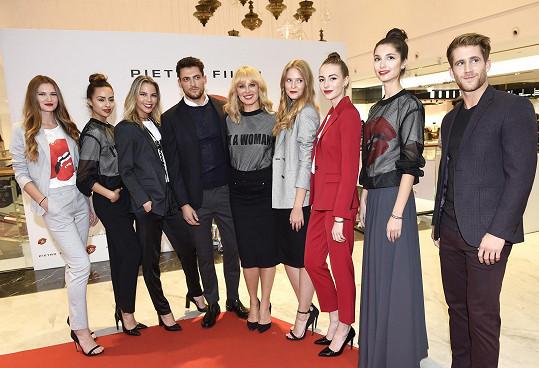 Simona mezi modelkami a modely, kteří předvedli její módní kolekci.